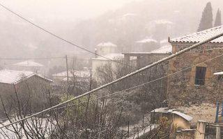 Χιόνι στα πεδινά, ακόμη και σε παραλίες, αλλά και μέσα στην Αθήνα, αναμένεται σήμερα! Αυτός είναι ο τελευταίος ιδιαίτερα δριμύς χιονιάς του 2016 που πλήττει τη χώρα από χθες και αναμένεται να κορυφωθεί σήμερα. Στη φωτογραφία, στα κατάλευκα χθες το χωριό Καρυά στη συνήθως με υψηλές θερμοκρασίες Αργολίδα. Το 2017 μάλλον θα έλθει με ήπια χειμερινή λιακάδα.