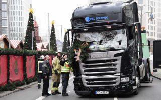 Πυροσβέστες ερευνούν το φορτηγό που χρησιμοποίησε ο Αμρι για να προσκρούσει στο πλήθος της χριστουγεννιάτικης αγοράς στο Βερολίνο.