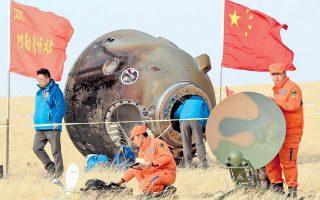 Εικόνα αρχείου από την προσγείωση της κινεζικής κάψουλας Σενζού 11 στην έρημο της Μογγολίας. Η κάψουλα μετέφερε πίσω στη Γη δύο Κινέζους αστροναύτες στις 18 Νοεμβρίου.