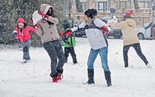 Χιονοπόλεμος στην Πεντέλη. Χιόνι πάντως είδε και το κέντρο της Αθήνας, ενώ το έστρωσε ακόμη και στον Πειραιά. Ομως, τα μέσα μαζικής μεταφοράς λειτούργησαν κανονικά, εκτός από συγκεκριμένα δρομολόγια λεωφορείων. Δεν επιτρεπόταν η κυκλοφορία οχημάτων σε τμήμα της λεωφόρου Πάρνηθας, σε τμήμα της περιφερειακής οδού Πεντέλης - Νέας Μάκρης, ενώ στον Υμηττό από τη θέση Καλοπούλα και πάνω η κυκλοφορία γινόταν μόνο με αλυσίδες. Χαμηλά κινήθηκαν οι θερμοκρασίες στην Αττική. Στις 6.30 χθες το απόγευμα: -5 βαθμοί στην Πάρνηθα, 0 στα Βίλια, 3 σε Παπάγου, Εκάλη, Δροσιά, 5 σε Πετρούπολη και Δάφνη - Υμηττό.