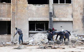 Τα συντρίμμια καθαρίζουν κάτοικοι του Χαλεπίου στην κατεστραμμένη πόλη.