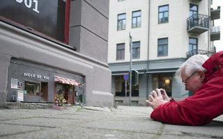 Εστιατόριο για τρωκτικά. Μικροσκοπικό και προσεγμένο ώς την τελευταία λεπτομέρεια είναι το νέο εστιατόριο «Noix De Vie» που άνοιξε στο Malmo της Σουηδίας. Ο ιδιοκτήτης-καλλιτέχνης που αποκαλεί τον εαυτό του «Anonymouse» πρόσεξε τα πάντα, από τα καθίσματα στο εξωτερικό και τα άνθη στα παρτέρια, μέχρι την βιτρίνα του μαγαζιού με καλούδια-καρπούς από όλον τον κόσμο. Να ευχηθεί κανείς καλές δουλειές; EPA/BJORN LINDGREN