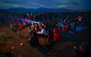 Προσφυγόπουλα βλέπουν παιδική ταινία στην Ειδομένη. Vadim Ghirda/AP