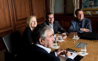 Ο πρόεδρος της Κύπρου Νίκος Αναστασιάδης, ο ειδικός απεσταλμένος του ΟΗΕ Εσπεν Μπαρθ Εϊντε και ο ηγέτης των Τουρκοκυπρίων Μουσταφά Ακιντζί, στις συνομιλίες που είχαν τον Νοέμβριο στο Μον Πελερέν της Ελβετίας. Στις 12 Ιανουαρίου, θα πραγματοποιηθεί πολυμερής διάσκεψη για το Κυπριακό στη Γενεύη.