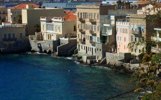 Ο Αμερικανός σκηνοθέτης Στίβεν Μπερνστάιν επισκέφθηκε την Ερμούπολη και εντυπωσιάστηκε από το νησί, χαρακτηρίζοντάς το φυσικό στούντιο.
