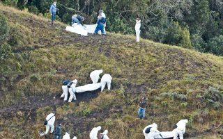 Τα σωστικά συνεργεία περισυλλέγουν τις σορούς των θυμάτων του αεροσκάφους της LaMia.