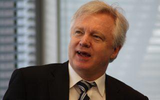 Ο Ντέιβιντ Ντέιβις, αρμόδιος Βρετανός υπουργός για τις διαπραγματεύσεις σχετικά με το Brexit, δήλωσε ότι το Λονδίνο θα εξετάσει το ενδεχόμενο να έχει κάποια οικονομική συμμετοχή στην Ε.Ε.
