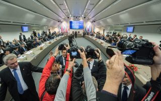 Η συμφωνία στην οποία κατέληξαν οι χώρες-μέλη του ΟΠΕΚ στη Βιέννη, σε συνεργασία με τη Ρωσία, συνιστά και την πρώτη περικοπή παραγωγής πετρελαίου για όλες αυτές τις χώρες τα τελευταία 15 χρόνια.