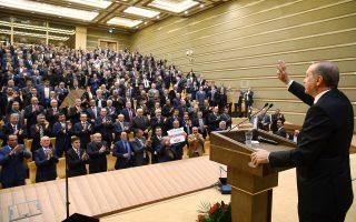 Ο Ταγίπ Ερντογάν στη διάρκεια της χθεσινής ομιλίας του ενώπιον εκπροσώπων τοπικών κοινοτήτων, στο προεδρικό μέγαρο της Αγκυρας. Ο Τούρκος ηγέτης ανασκεύασε πλήρως τις προχθεσινές δηλώσεις του για το Συριακό.