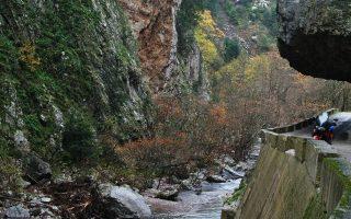 Στο φαράγγι «Κλειδί», στον δρόμο προς Προυσό, διακρίνονται δεξιά το φυσικό κοίλωμα του βράχου που «σκεπάζει» τον δρόμο και αριστερά ο Καρπενησιώτης ποταμός σε μία από τις ομορφότερες διαδρομές της περιοχής.