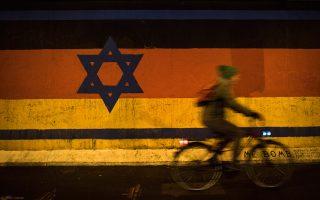 Η τοιχογραφία του Γκίντερ Σέφερ σε τμήμα του Τείχους του Βερολίνου συνδυάζει το άστρο του Δαβίδ με τα χρώματα της γερμανικής σημαίας.