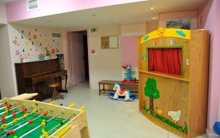 Στον ξενώνα της «Φλόγας», που λειτουργεί στα πέριξ των δύο παιδιατρικών νοσοκομείων από το 2002, έχουν φιλοξενηθεί εκατοντάδες οικογένειες από την επαρχία, των οποίων τα παιδιά ακολουθούσαν κάποια θεραπεία.