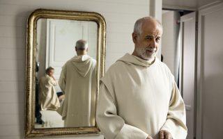 Ο Τόνι Σερβίλο, ο κορυφαίος Ιταλός ηθοποιός των ημερών μας ενσαρκώνει ένα μοναχό που διαρκώς θέτει φιλοσοφικά ερωτήματα.