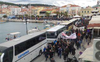 Πορεία κατοίκων και φορέων στη Μυτιλήνη ενάντια στην κατάργηση του μειωμένου ΦΠΑ, κατά μήκος της προκυμαίας, την περασμένη Τετάρτη.