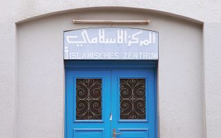 Zυρίχη, 20 Δεκεμβρίου 2016. Κλειστή η πόρτα του Iσλαμικού Kέντρου Zυρίχης, που λειτούργησε ως τζαμί. Mπροστά της πυροβολήθηκαν τρεις προσευχητές που τραυματίστηκαν, ενώ ο δράστης διέφυγε, αυτοκτόνησε και αναγνωρίσθηκε από το πτώμα του. (Φωτογραφία Reuters / Arnd Wiegmann)