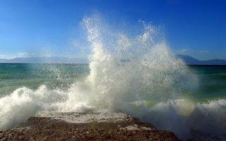 Ποιητική αδεία, κυματοδαρμένη νήσος, μία από τις αμέτρητες του ελληνικού Αρχιπελάγους. Εκεί που κάθε καλοκαίρι ευχόμαστε να βρισκόμαστε. Τον χειμώνα; «Η διαμονή θέλει μαγκιά», μας απαντούν (από απόσταση) οι κάτοικοι...