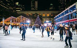 Διασκέδαση επί... πάγου στο Bryant Park στη Νέα Υόρκη. (Φωτογραφία: EPA/ALBA VIGARAY)