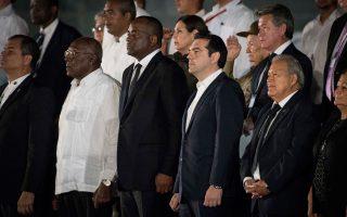 Δεν ξέρω γιατί δεν επιδίωξε τη συντροφιά του Μουγκάμπε (δεύτερος από αριστερά, δίπλα στον Τσίπρα), νομίζω ότι θα ταίριαζαν. Ισως να μην τον αναγνώρισε. Πάντως, όπως τον βλέπω έτσι, μια τρελή σκέψη περνάει από το μυαλό μου: δεν θα ήταν κακός για πρόεδρος της Σοσιαλιστικής Διεθνούς. Μετά τον Γιώργο, εννοείται…
