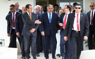 Ο Κύπριος πρόεδρος Νίκος Αναστασιάδης και ο Τουρκοκύπριος ηγέτης Μουσταφά Ακιντζί, σε παλαιότερη συνάντησή τους, τον Νοέμβριο του 2015.
