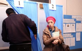 epa05659058 Uzbek citizens living in Kyrgyzstan cast their vote for the Uzbekistan President elections at a polling station at the Uzbek embassy in Bishkek, Kyrgyzstan, 04 December 2016. Four candidates are running for President in Uzbekistan.  EPA/IGOR KOVALENKO