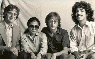 H Γιόκο Ονο και ο Τζον Λένον το 1980, πλαισιωμένοι από τον δημοσιογράφο Ντέιβιντ Σεφ (δεξιά) και τον αρχισυντάκτη του Playboy, Βarry Golson.