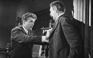 Ο Τζέιμς Ντιν εκλιπαρεί για την αγάπη του πατέρα του (Ρέιμοντ Μάσι), στην ταινία «Ανατολικά της Εδέμ» (1954) του Ελία Καζάν.