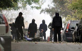 Οι αστυνομικοί τραυματίστηκαν από πέτρες, τσιμεντόλιθους και μάρμαρα που πετούσαν εναντίον τους αντιεξουσιαστές, κατά την επιχείρηση της ΕΛ.ΑΣ. στα προσφυγικά της λεωφόρου Αλεξάνδρας, το πρωί της 31ης Οκτωβρίου.