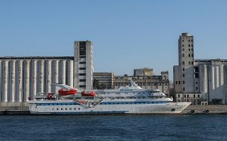 To πλοίο Μαβί Μαρμαρά στο λιμάνι της Κωνσταντινούπολης.