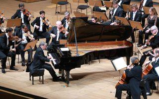 Ο Μάρεϊ Περάια ερμήνευσε κοντσέρτα του Μπετόβεν διευθύνοντας από το πιάνο την Ορχήστρα της Ακαδημίας του Αγίου Μαρτίου των Αγρών (φωτ.: Χ. Ακριβιάδης).
