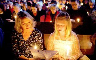 Μητέρα και κόρη τραγουδούν παραμονή Χριστουγέννων το «Αγια Νύχτα» σε λουθηρανική εκκλησία στη Μινεσότα.