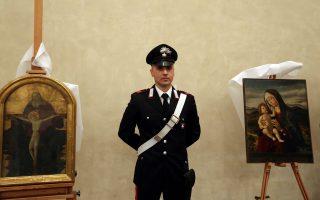 Ιταλός καραμπινιέρος στέκεται δίπλα στη «Μαντόνα με το Βρέφος», έργο του 15ου αιώνα, που εκλάπη από τους ναζί και εντοπίστηκε στο Μιλάνο τον Απρίλιο.