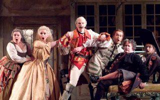 Σκηνή από τον «Κουρέα της Σεβίλλης» του Ροσίνι στην Οπερα της Αγγλίας.