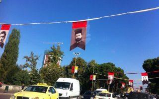 Η φωτογραφία από εκδηλώσεις μνήμης στην κεντρική πλατεία Τιράνων, με ιερείς που εξαφάνισε το καθεστώς Χότζα