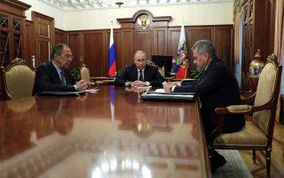 Ρώσος πρόεδρος Πούτιν, ο ΥΠΕΞ Σεργκέι Λαβρόφ και ο υπουργός Αμυνας Σεργκέι Σόιγκου συναντιόνταν για να συζητήσουν την εκεχειρία στη Συρία.