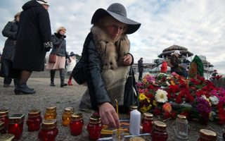 epa05688512 Residents of Sochi put candles and lay flowers paying tribute to the victims of Tu-154 plane crash in the Black Sea outside Sochi, Russia, 26 December 2016. 92 persons were on board, including  65 members of the Alexandrov Song and Dance ensemble, eight crew members, nine Russian journalists as well as Russian civil activist, Doctor Yelizaveta Glinka (Doctor Liza). No survivors have been found.  EPA/YEVGENY REUTOV