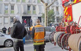 Πυροσβέστες και κάτοικοι χθες έξω από τον ξενώνα προσφύγων, στον οποίο εκδηλώθηκε πυρκαγιά, στο Δυτικό Παρίσι. Ενας 40χρονος από το Μάλι υπέκυψε στα τραύματά του, ενώ οι Αρχές ερευνούν την εκδοχή του εμπρησμού. Σελ. 6