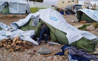 Περίπου 200 πρόσφυγες έμεναν σε σκηνές στην παραλία, εκτεθειμένοι στην κακοκαιρία.