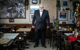 Ο Σήφης Ζαχαριάδης στο καφενείο Πανελλήνιον (φωτ. Ελισάβετ Μωράκη). Γεννήθηκε παραμονή Χριστουγέννων του 1950.