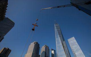 Γερανός τοποθετεί τον προσωρινό σταυρό στην οροφή του Αγίου Νικολάου στο Μνημείο της 11ης Σεπτεμβρίου.