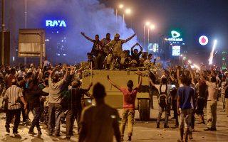 Τα μέσα κοινωνικής δικτύωσης, που έπαιξαν μεγάλο ρόλο στις αραβικές εξεγέρσεις (η φωτ. από την πλατεία Ταχρίρ, στο Κάιρο), χρησιμοποιούνται από τους ακραίους για να αυξήσουν την επιρροή τους.