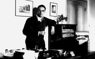 O Nάσος Δετζώρτζης στο γραφείο του στους Φίλους του Βιβλίου. Διάλεξε τίτλους και επιμελήθηκε εξαιρετικά τις εκδόσεις των Φίλων του Βιβλίου.