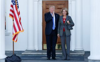 Ο νεοεκλεγείς πρόεδρος των ΗΠΑ Ντόναλντ Τραμπ με τη νέα υπουργό Παιδείας Μπέτσι ντε Βος, της οποίας η οικογενειακή περιουσία εκτιμάται στα 5,1 δισ. δολάρια.