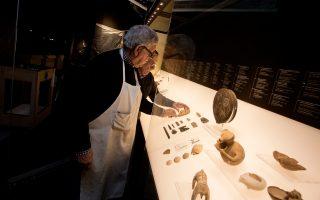 Οι άνθρωποι του Μουσείου Κυκλαδικής Τέχνης δουλεύουν εντατικά για την ολοκλήρωση της έκθεσης «Κυκλαδική κοινωνία, 5.000 χρόνια πριν». Κάτω, ο Νίκος Σταμπολίδης, διευθυντής του Μουσείου, μιλάει στην «Κ» για την έκθεση.