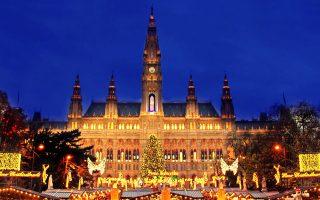 Ολόφωτη χριστουγεννιάτικη αγορά σε κεντρική πλατεία της Βιέννης.