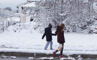 Τα πρώτα χιόνια φέρνουν και προβλήματα σε πολλές περιοχές.