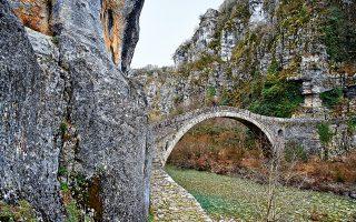 Το γεφύρι του Κόκκορη ή Νούτσου, κοντά στο Κουκούλι, πρωτοχτίστηκε το 1750. (Φωτογραφία: ΠΕΡΙΚΛΗΣ ΜΕΡΑΚΟΣ)