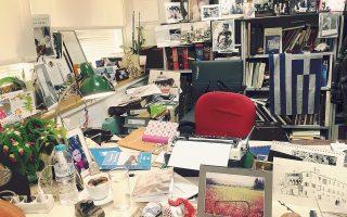 Kατάφορτο το δημοσιογραφικό γραφείο της «K» στον τέταρτο όροφο από βιβλία και «Hμερολόγιο 2017», στη ροή της επικαιρότητος...