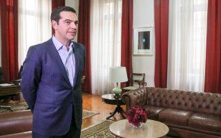 Ο πρωθυπουργός Αλ. Τσίπρας, χθες, στο γραφείο του, στο κτίριο του ΥΜΑΘ, στη Θεσσαλονίκη.