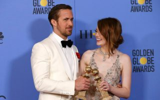 Ο Ράιαν Γκόσλινγκ και η Εμα Στόουν, το πιο φωτεινό κινηματογραφικό ζευγάρι της χρονιάς, ποζάρουν πανευτυχείς με τις Χρυσές Σφαίρες τους. Οι δύο ηθοποιοί είναι ο καθρέφτης του «La La Land», που συγκέντρωσε επτά Χρυσές Σφαίρες. Το μιούζικαλ ήρθε στο προσκήνιο δυναμικά και μοντέρνα σπάζοντας ένα ρεκόρ: για πρώτη φορά ταινία αυτής της κατηγορίας φεύγει από την τελετή απονομής με τόσες Χρυσές Σφαίρες. Το σενάριο και η σκηνοθεσία του Ντάμιεν Σαζέλ δημιούργησαν ένα ιδανικό κάδρο για τους δύο πρωταγωνιστές του «La La Land», αλλά και για τον Τζάστιν Χέργουιτς, που βραβεύθηκε για τη μουσική και για το τραγούδι «City of Stars».
