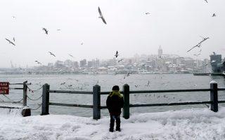 Σε μαρτύριο έχει μεταβληθεί η ζωή για τους κατοίκους της Κωνσταντινούπολης, που ζουν, τις τελευταίες ημέρες, την επέλαση του χιονιά.